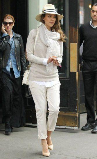 Jessica Alba portant Chaussure couleur nue