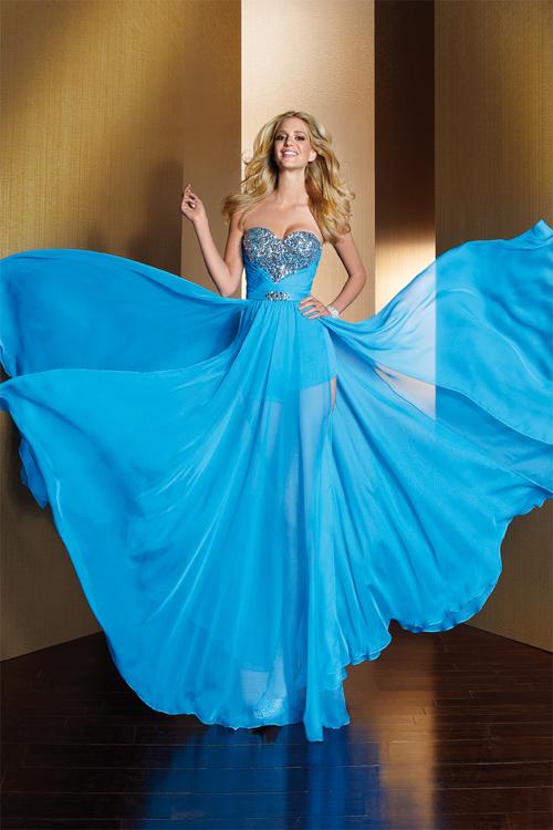 Tenue de soirée pour bal décolletée en coeur en mousseline de soie bleue à A-ligne ruchée et ornée de bijoux