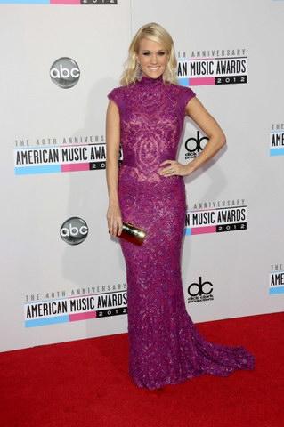 robe de soirée longue en couleur violette de carrie underwood