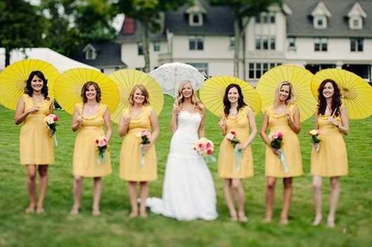 Robe demoiselle d'honneur jaune avec parasol