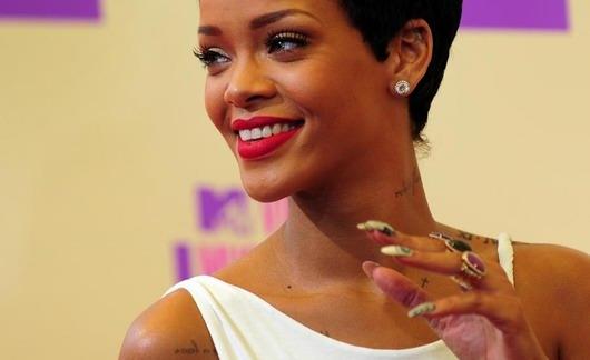 Rihanna et la nouvelle gamme de rouge à lèvre — RiRi Woo