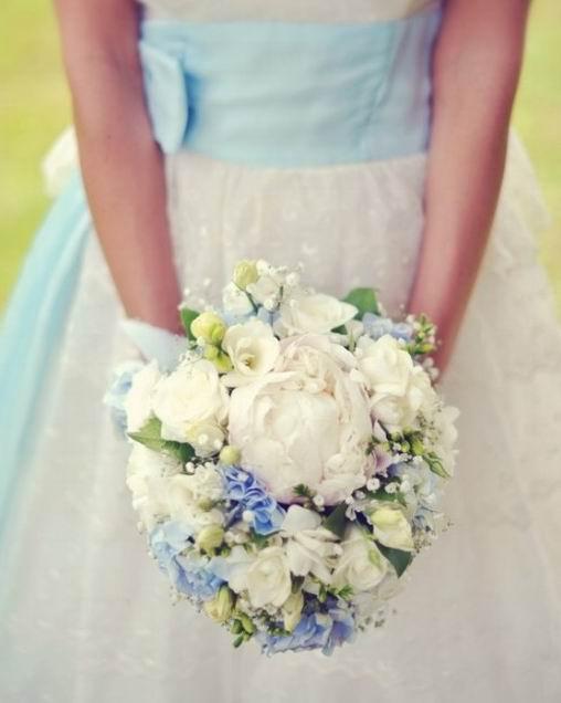 bouquet de fleurs de mariée en couleurs froides
