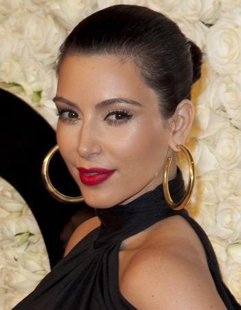 reine de soirée: le maquillage de lèvres rouge de Kim Kardashian