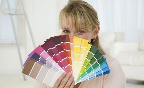 une femme cache derrière les palettes couleur