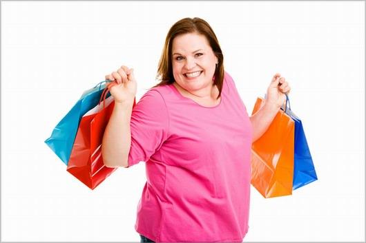 Allez shopping : une ronde tient plusieurs sac à courses à la main