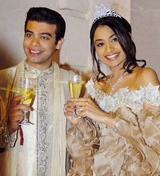 Vanisha Mittal et d'Amit Bhatia tiennent les coupes à champagne dans leur mariage