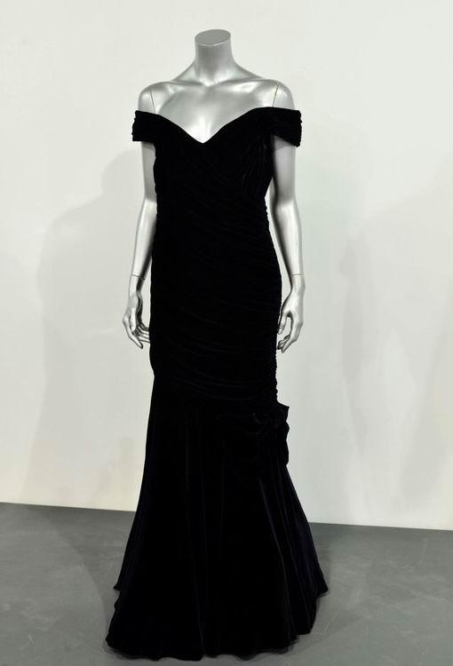 Robe noire à épaule dégagée de Diana lors d'une visite aux Etats-Unis