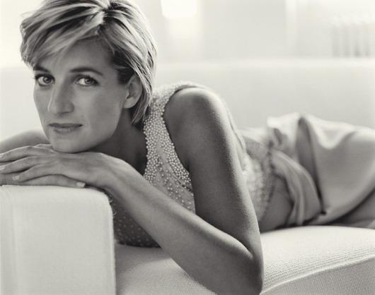 photo en noir et blanc de Diana Spencer sur un canapé