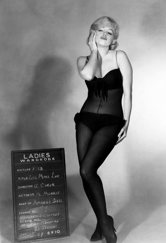 Marilyn Monroe fait des gestes séduisants dans une tenue transparente hyper-sexy