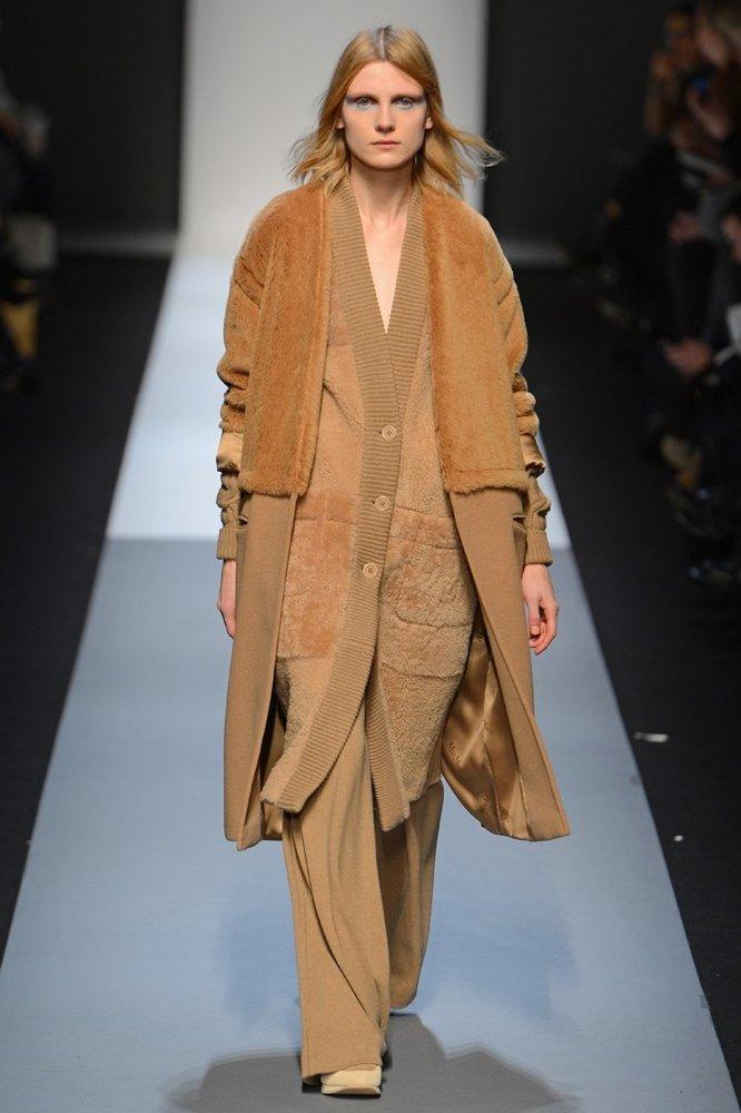 Manteau beige et pantalons à jambes larges de la collection Automne-Été 2013 de Max Mara