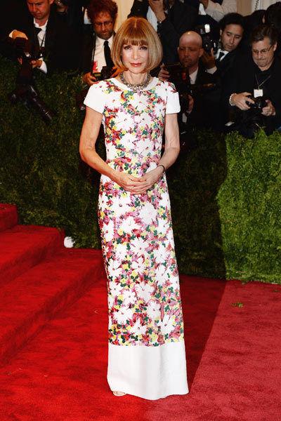 Anna Wintour en robe de soirée longue à imprimé fleuri signée Chanel Haute Couture à Met Ball 2013