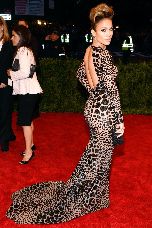 Jennifer Lopez en robe de soirée imprimée animalier sur fond de couleur chair à Met 2013