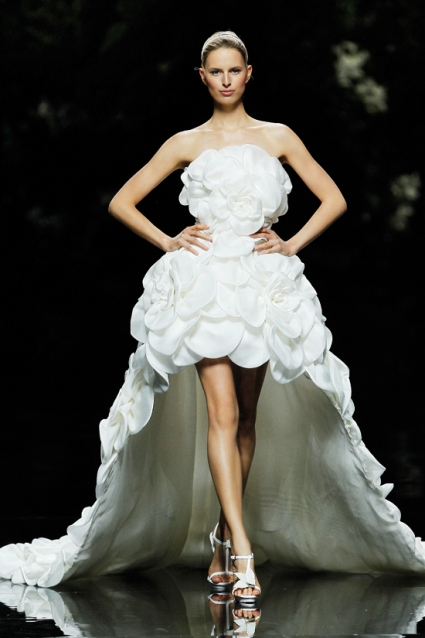 Robe de mariage ruchée haut-bas de Manuel Mota