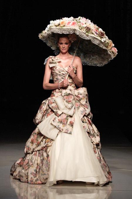 Robe de mariée imprimée fleurs colorée de Dian Stuart