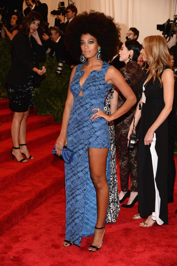 Solange Knowles en robe de cocktail imprimée savane sur fond bleu à Met Ball 2013
