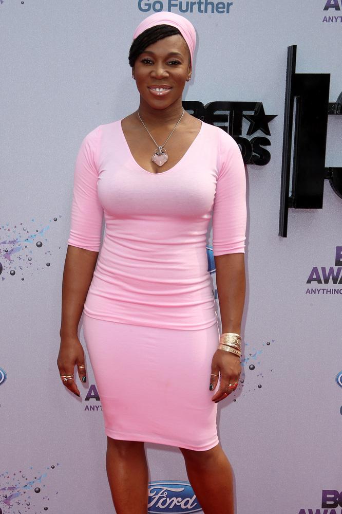 India Arie en robe tissu élastique léger en pastel rose