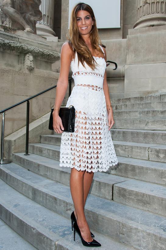 Bianca Brandolini d'Adda en robe blanche ajourée de Dolce & Gabbana