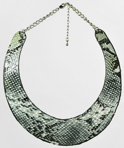 Collier rigide fantaisie façon plastron python
