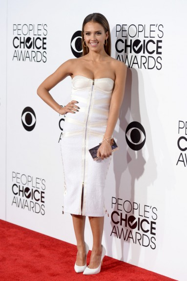 Jessica Alba glisse une robe bustier blanche au People's Choice Awards 2014