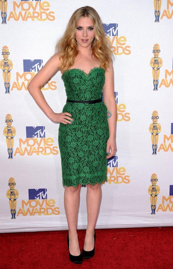 Scarlett Johansson dans une robe en dentelle verte aux MTV Movie Awards