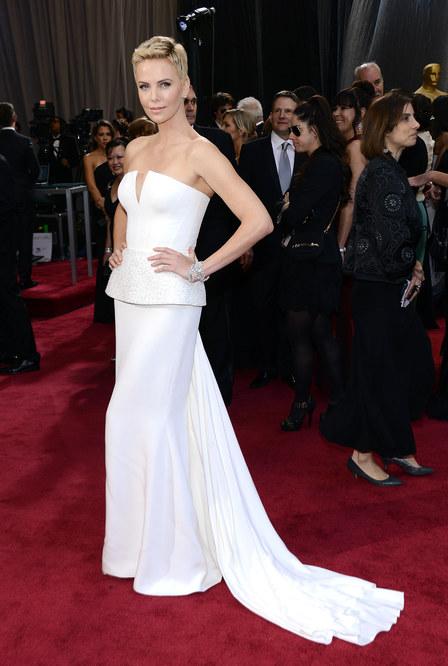 Charlize Theron dans une robe de soirée à basque blanche