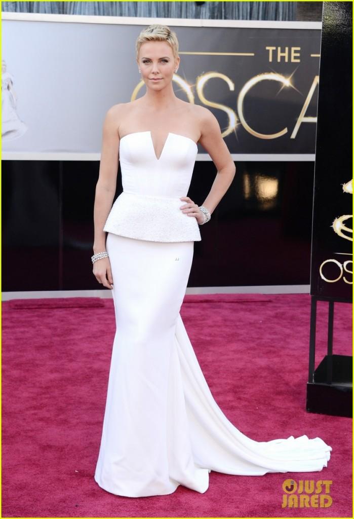 Charlize Theron dans une robe à basque blanche