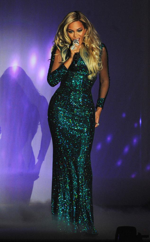 Beyoncé en robe longue pailletée aux Brit Awards 2014