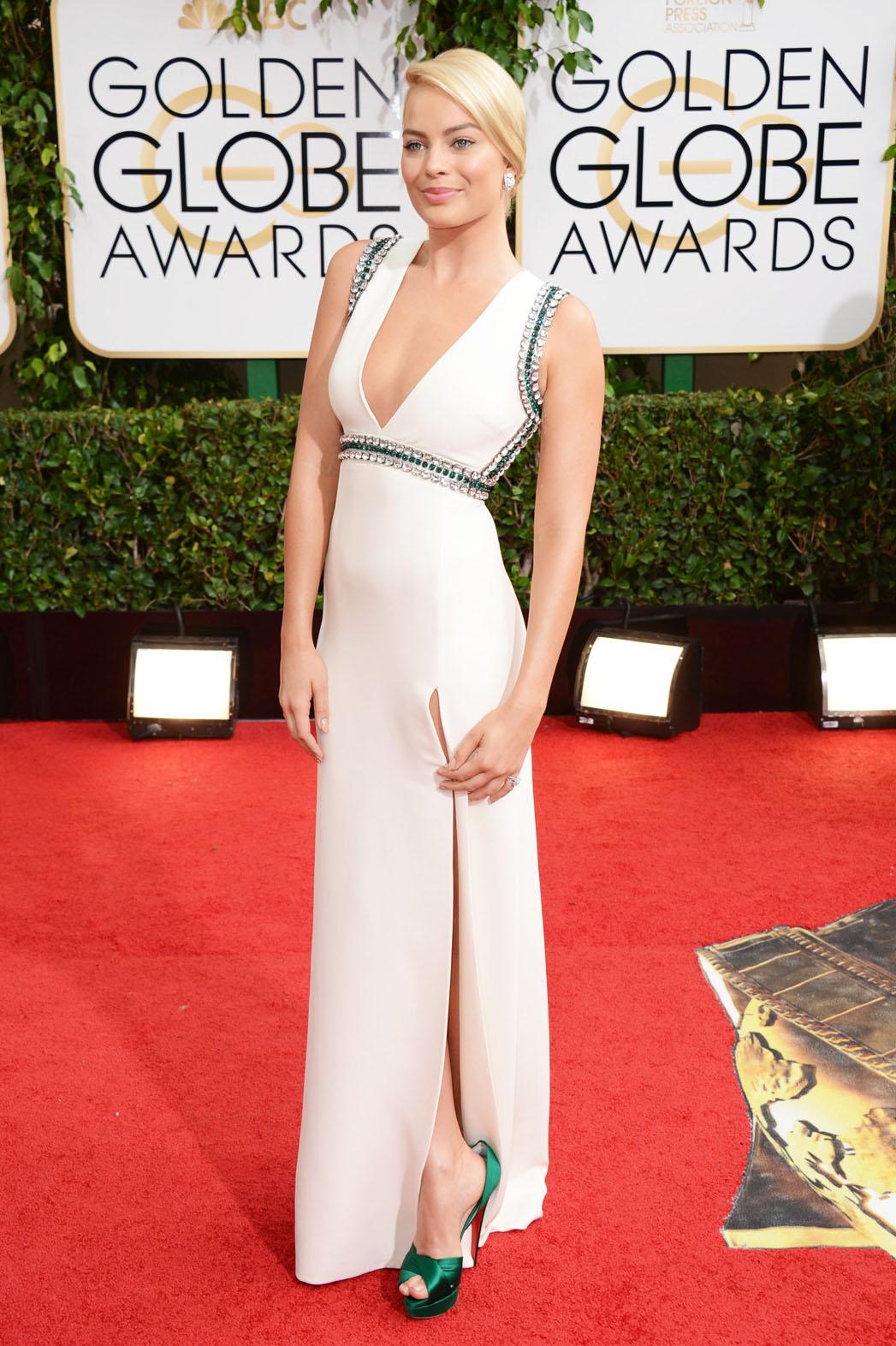 Margot Robbie en robe blanche très décolletée sur le tapis rouge des Golden Globe Awards 2014