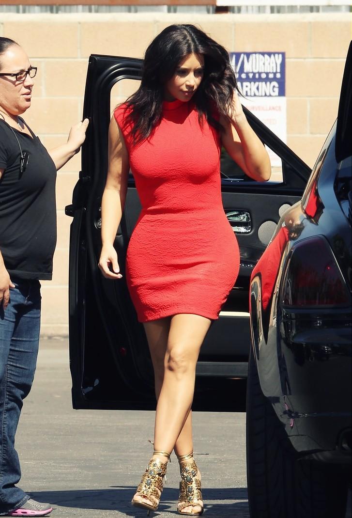 Kim Kardashian Kim exhibait ses courbes généreuses en optant pour une robe rouge courte