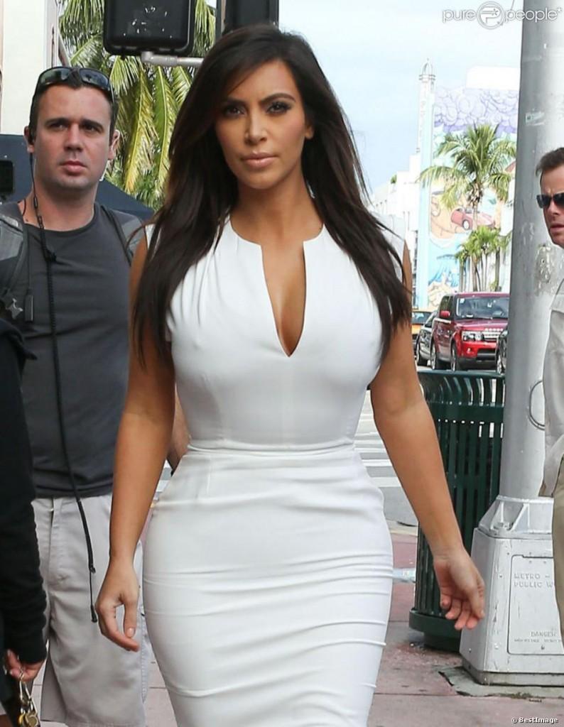 kim kardashian était parfaitement moulée dans une robe blanche
