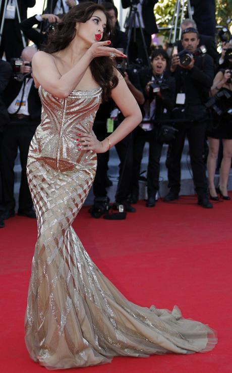 Aishwarya Rai en robe bustier à coupe sirène sur le tapis rouge de Cannes 2014