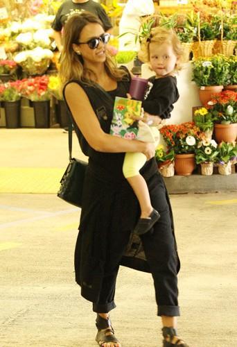 jessica alba avec sa fille haven au supermarché