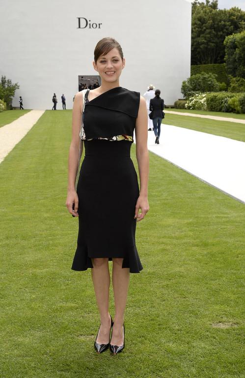 Marion Cotillard dans une robe noire asymétrique