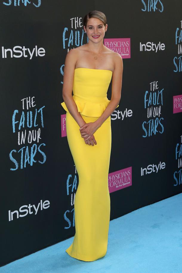Shailene Woodley très sexy en robe de soirée jaune