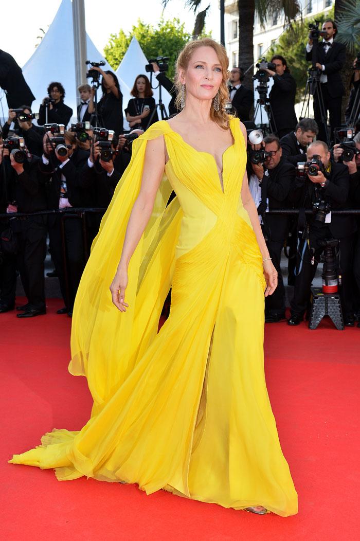 Uma Thurman optait pour une robe jaune Versace sur le tapis rouge de Cannes 2014