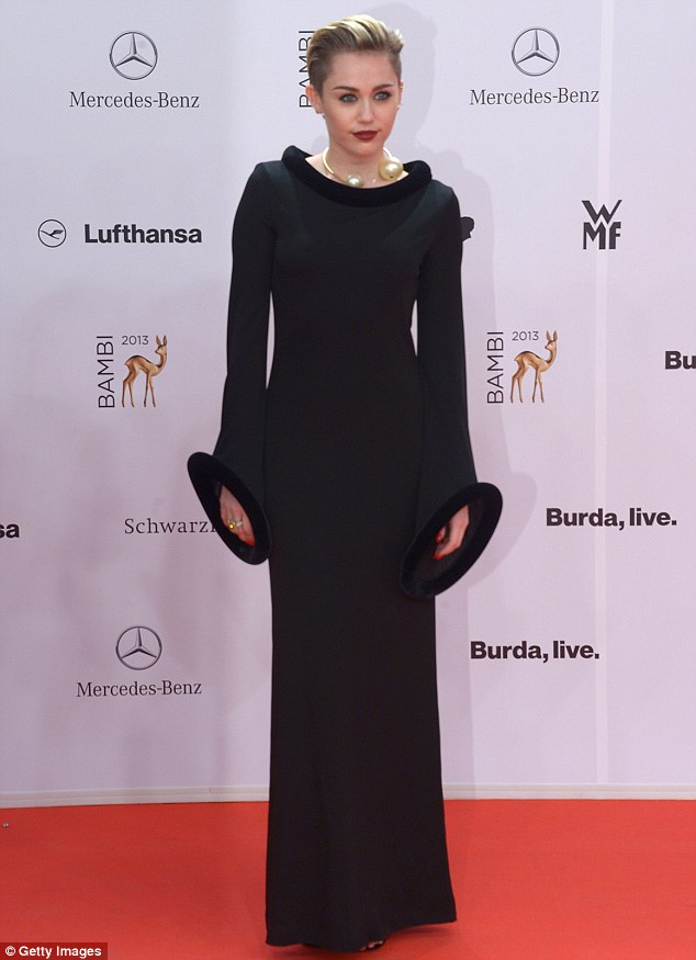 Miley Cyrus en robe noire droite aux Bambi Awards