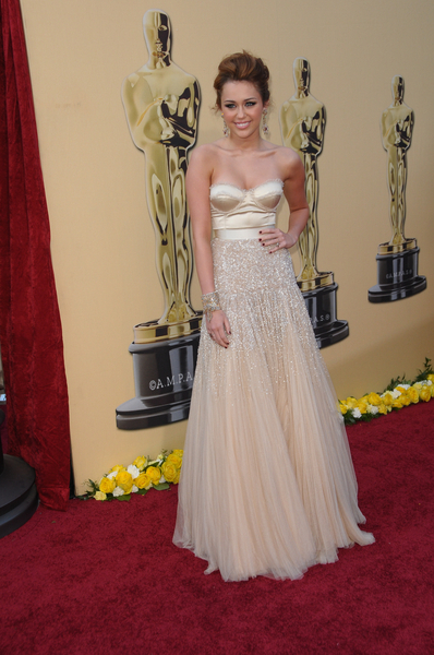 Miley Cyrus  en robe champagne aux oscars 2010