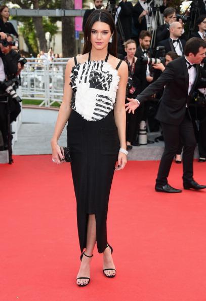 Kendall Jenner portait une robe noire et blanche à un bustier hors du commun