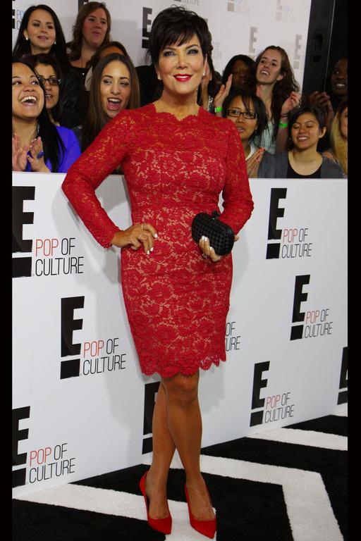 Kris Jenner porte une robe rouge en dentelle de Kim Kardashian