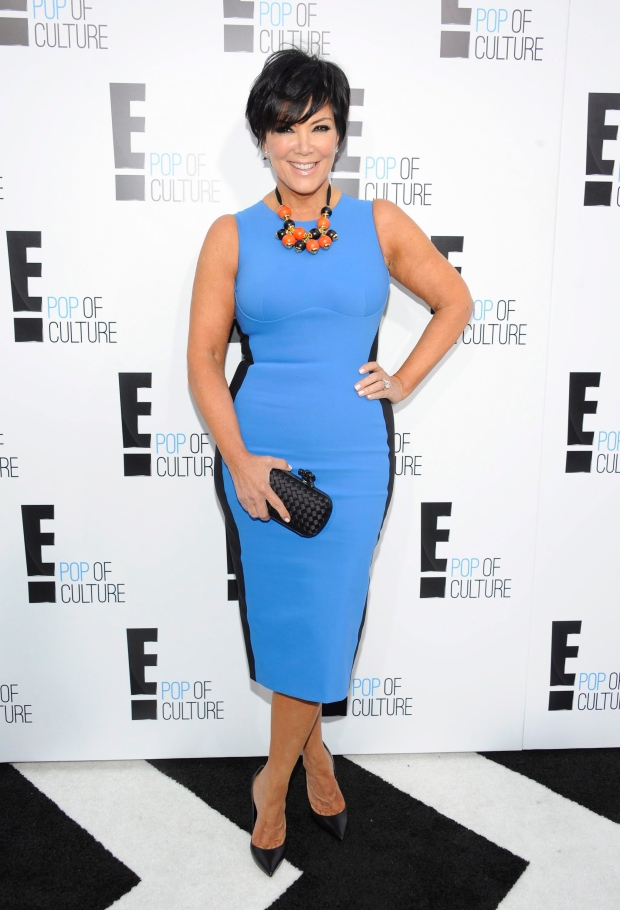 Kris Jenner en robe bleu très près du corps