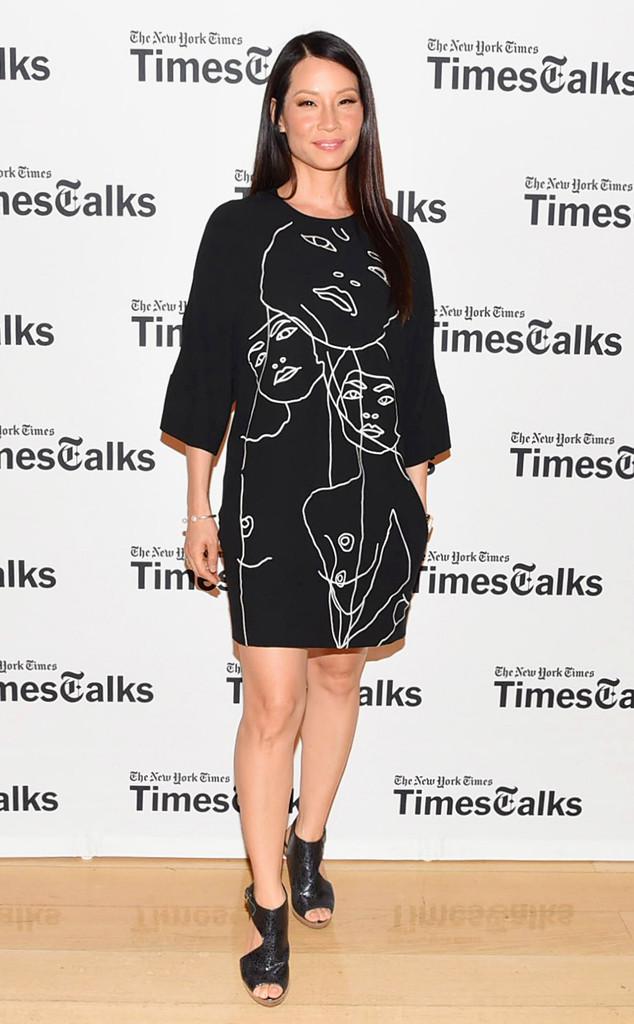 Lucy liu opte pour une robe noire avec les dessins de personnes