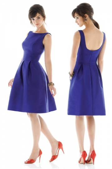 robe courte simple de couleur bleu pour assister à un mariage