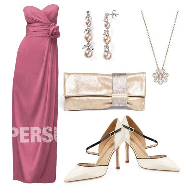 Robe rose longue avec les accessoires en couleur blanc cassé