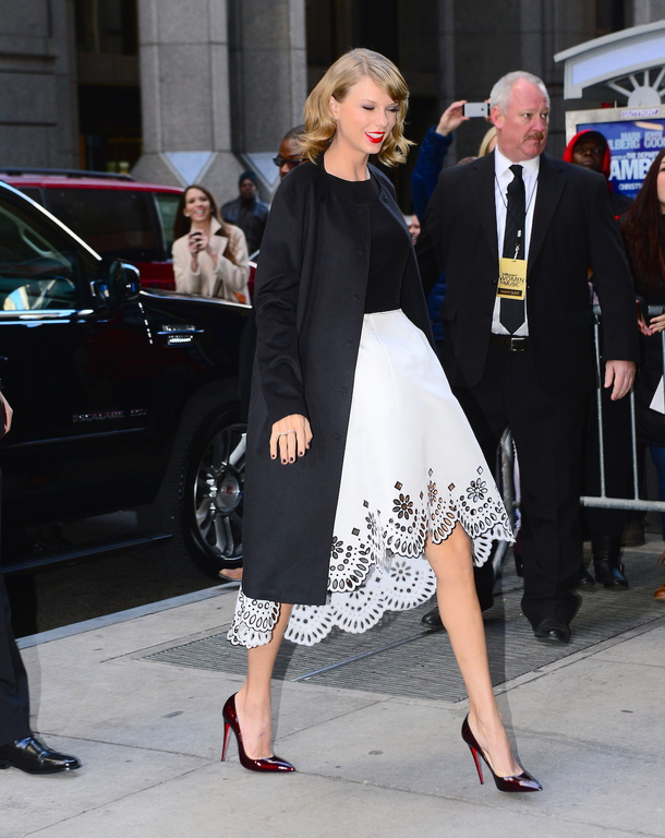 Taylor Swift en robe black and white Oscar de la Renta à la sortie de son appartement à New York