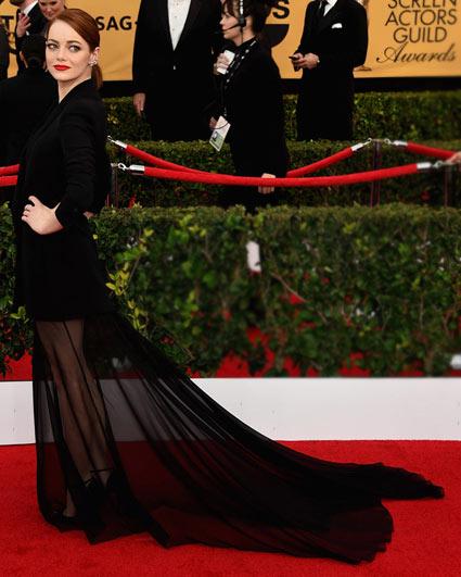 Emma-Stone-jupe-noire-transparente-manche-longue