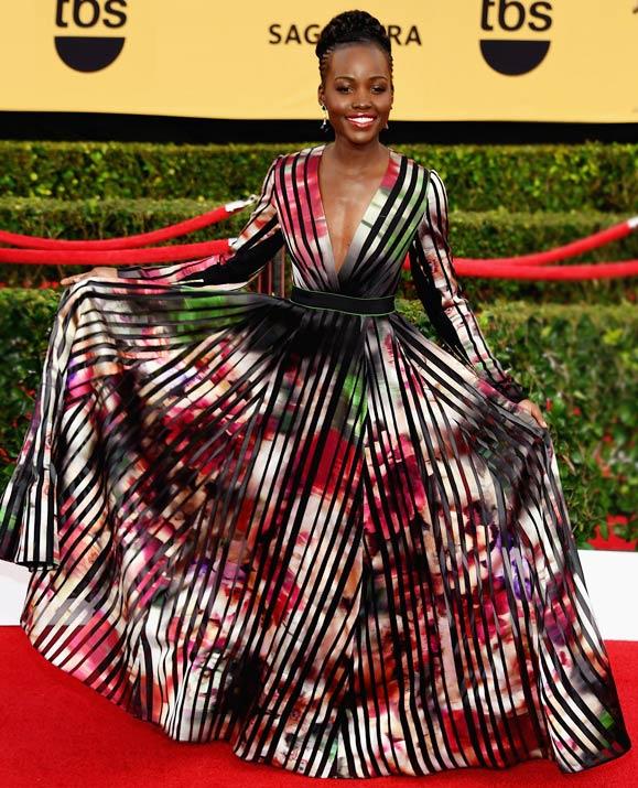 Lupita-Nyongo-en-robe-colore-tres-decollete