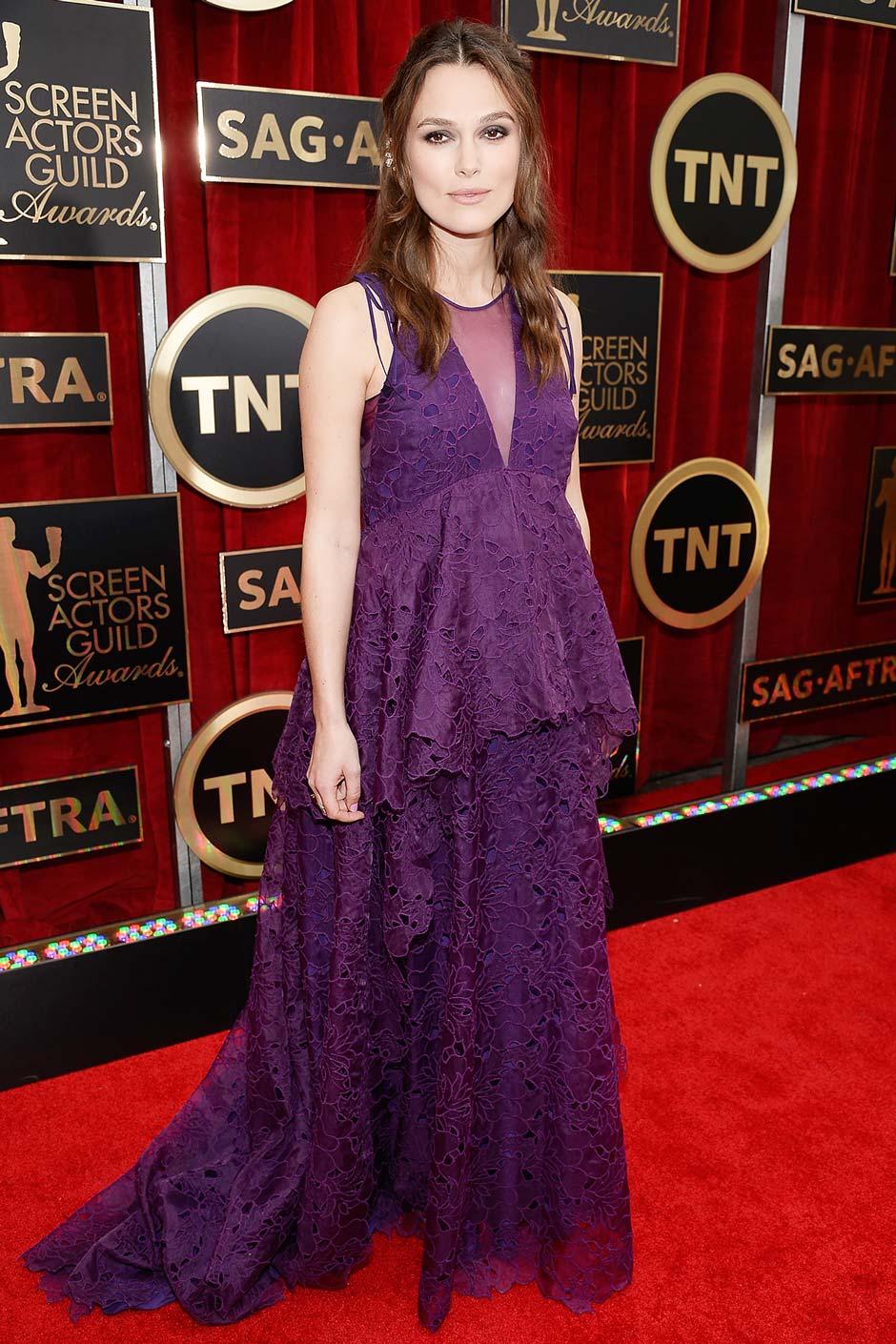 Robe de soirée grossesse en dentelle violette de Keira Knightley