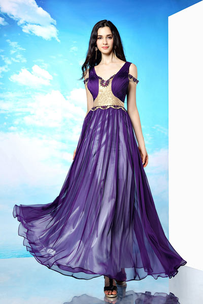 robe-de-soiree-longue-violette-elegante-decollete