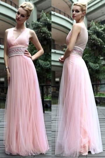 robe-soiree-rose-plissee-en-tulle-col-v-avec-ceinture-ornee-de-bijoux