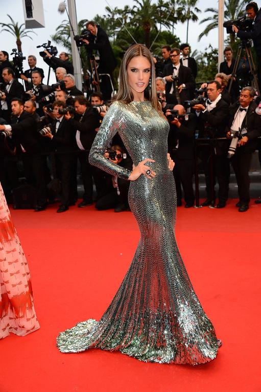 Alessandra-Ambrosio-en-robe-de-soiree-Sirene-pour-monter-les-Marches-de-Tout-est-permis_exact1024x768_p